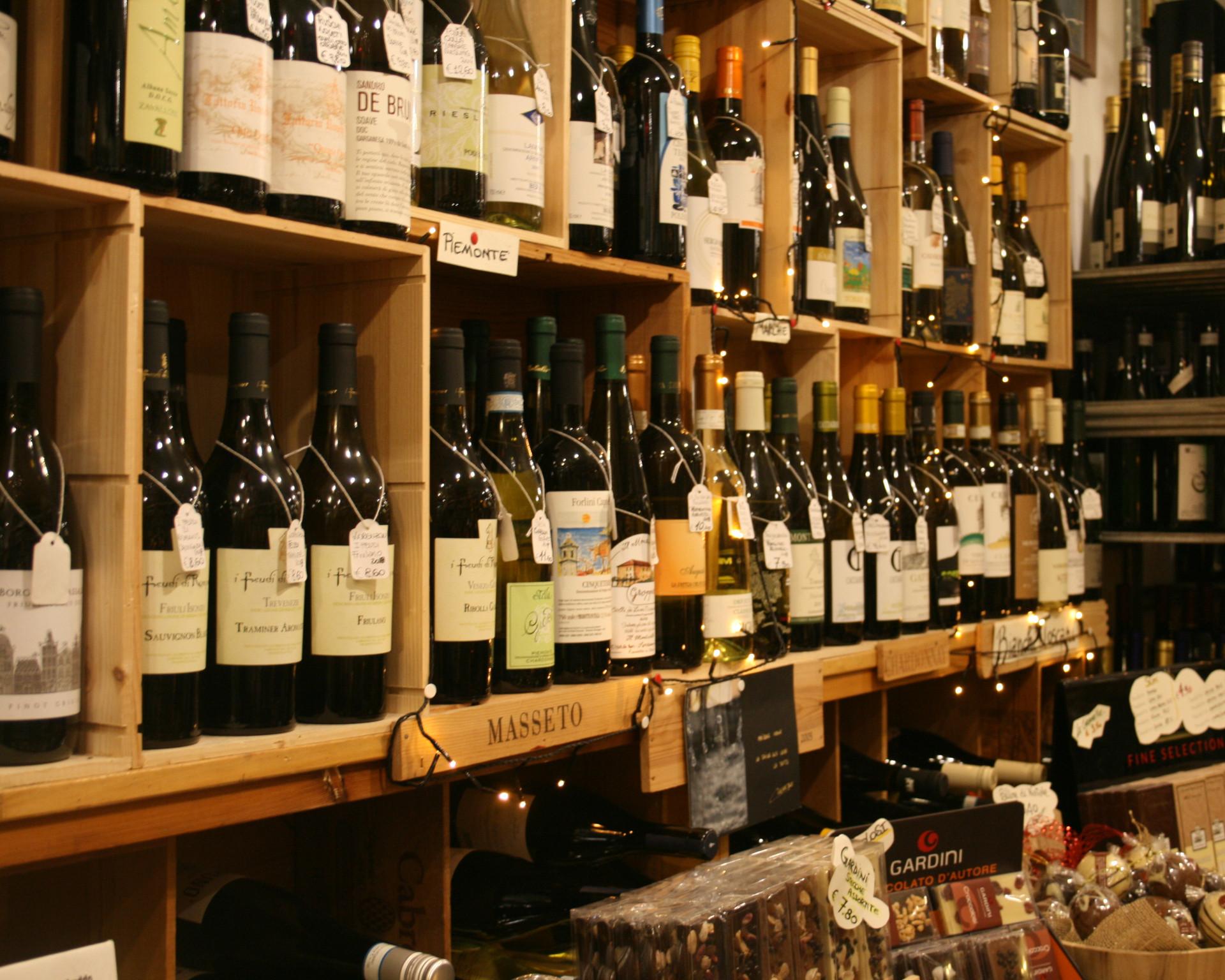 Enoteca Sergio Viareggio scaffale vini