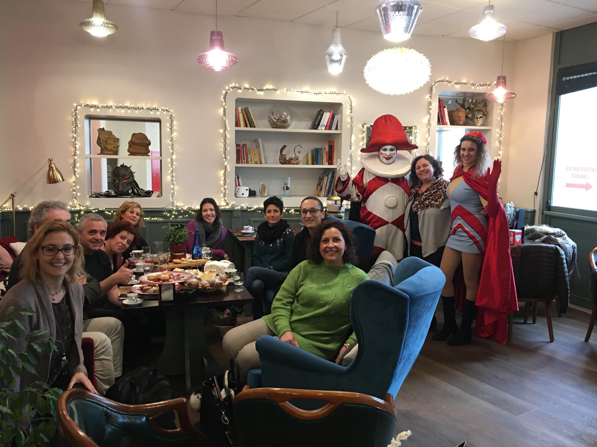 blogging breakfast di carnevale i blogger posano per una foto di rito con burlamacco e ondina