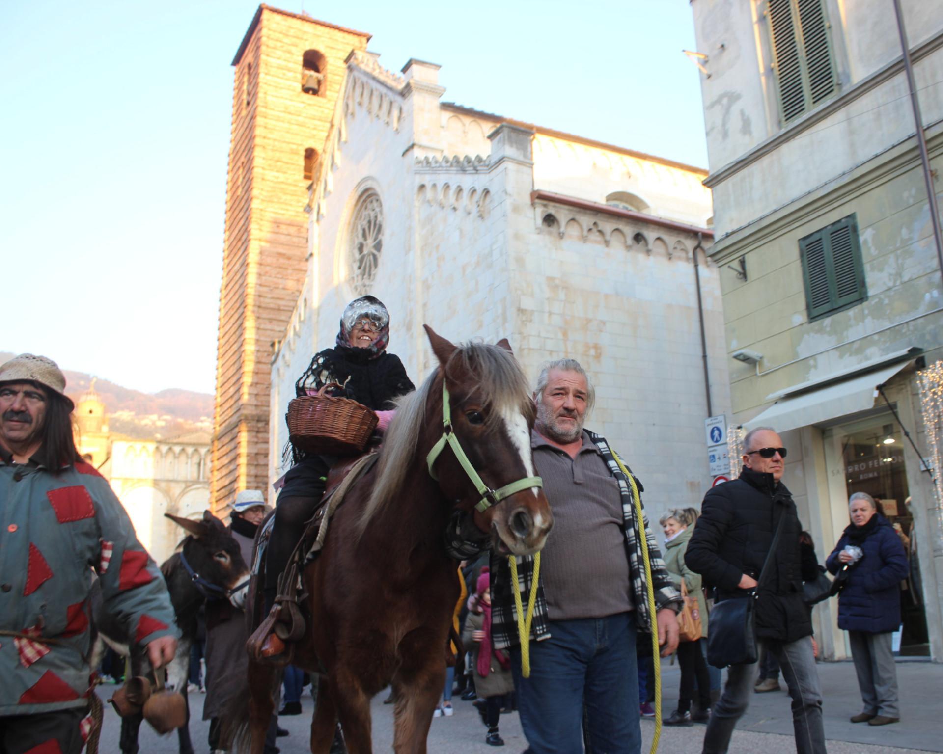 Pietrasanta la Befana in piazza Duomo