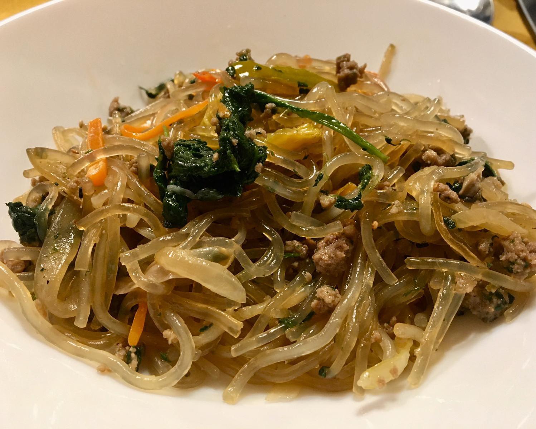 piatto coreano japchae particolari noodles trasparenti