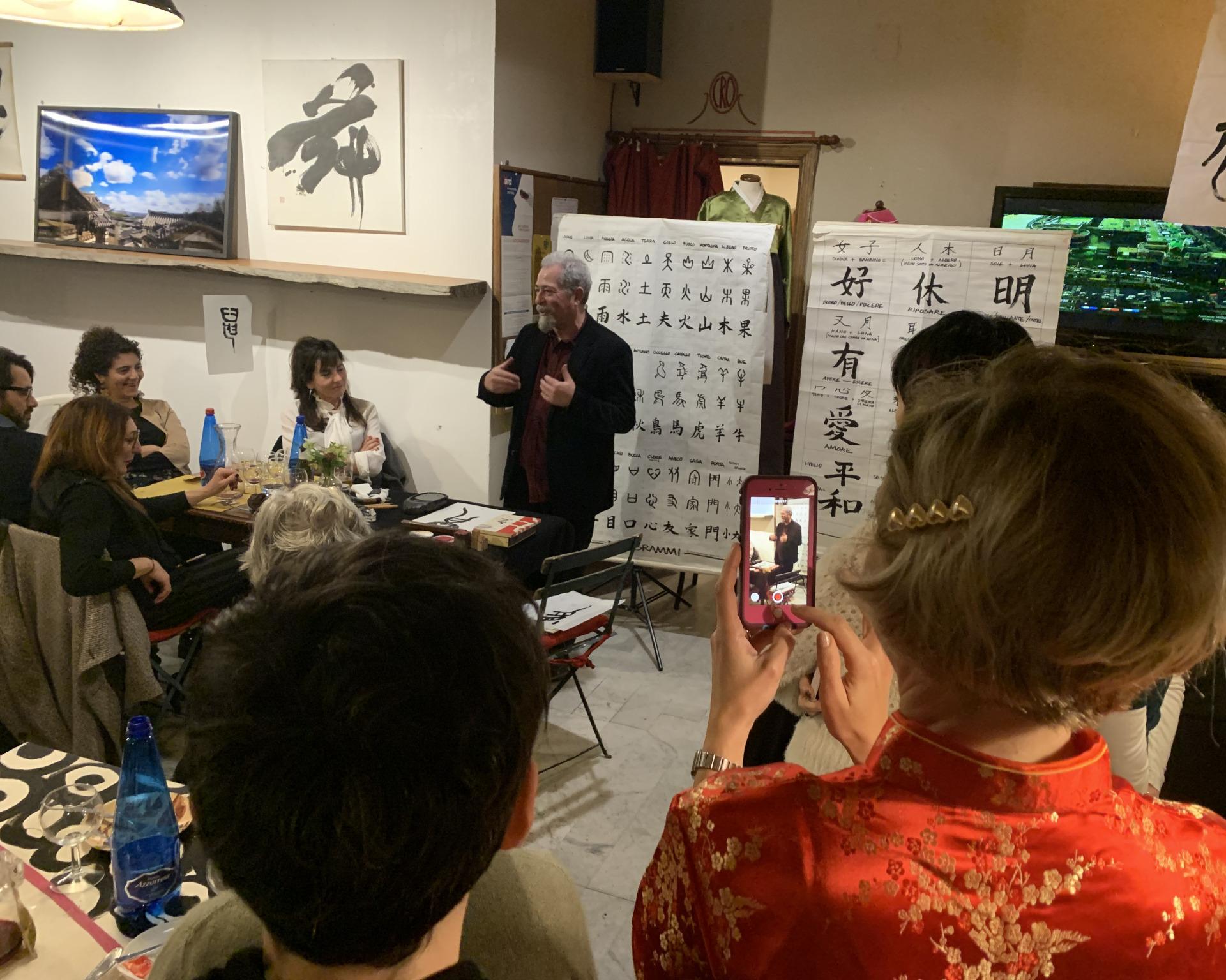 Franco Pagliarulo durante la presentazione di arte grafia e cultura coreana al cro di pietrasanta